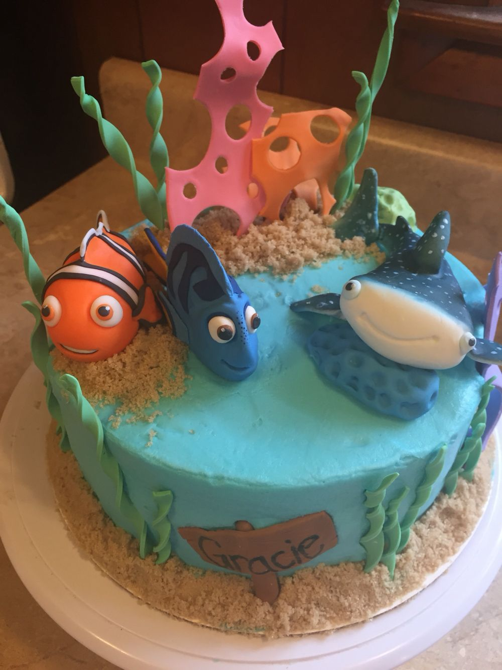 Finding Dory cake with gumpaste characters. Dory, destiny and Nemo ...
