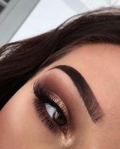 Photo of Øyne sminket, øyenbrynene fremhevet, nyttårs sminke i brunt og gull # en …