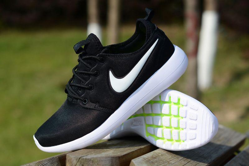 escompte combien vraiment Nike Roshe Courir Pour Femmes En Noir Et Blanc Richelieus prix de liquidation explorer sortie livraison rapide réduction gBlaZZ2