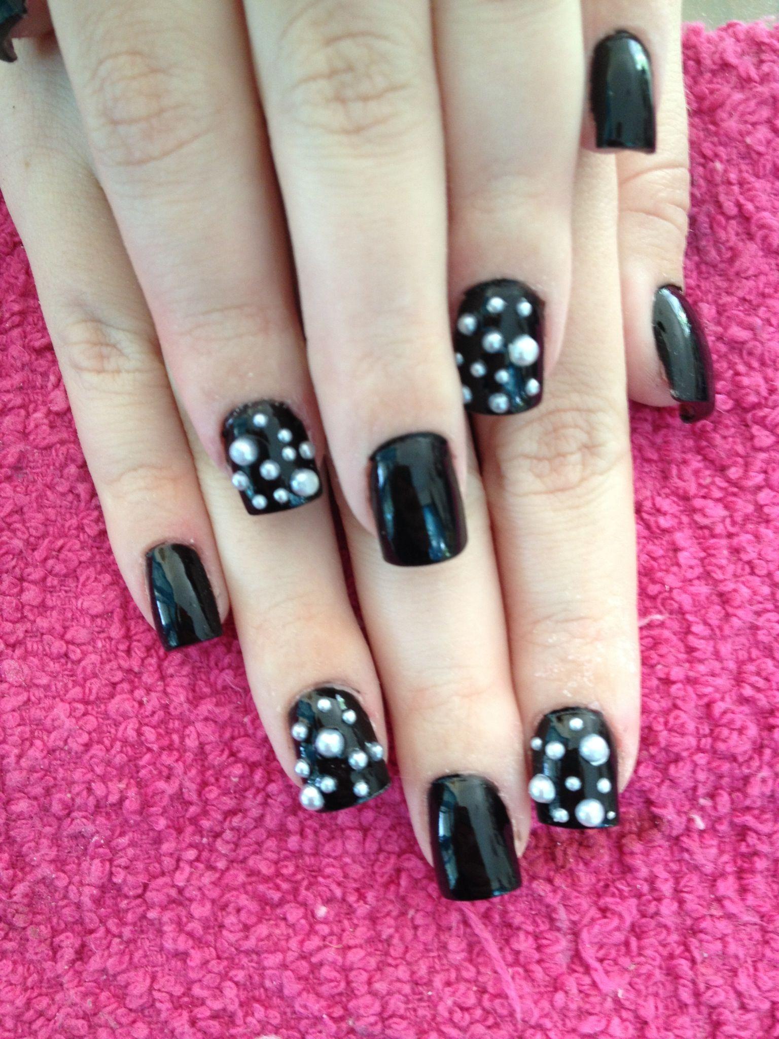Uñas Pintadas Con Esmalte Negro Y Perlas Blancas Uñas Nails My