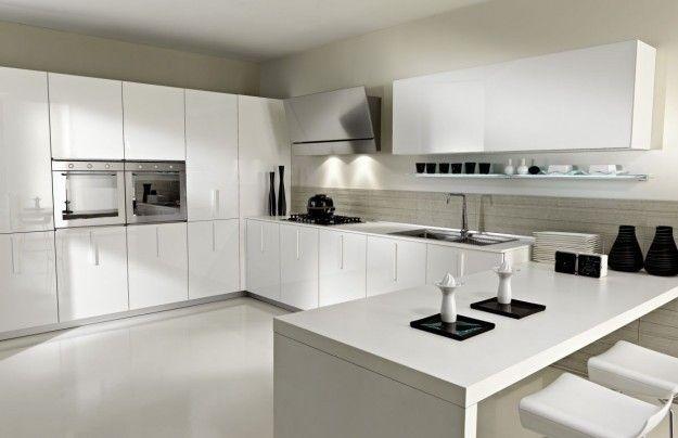 Cucina realizzata su misura laccata opaca bianca, con bancone in ...