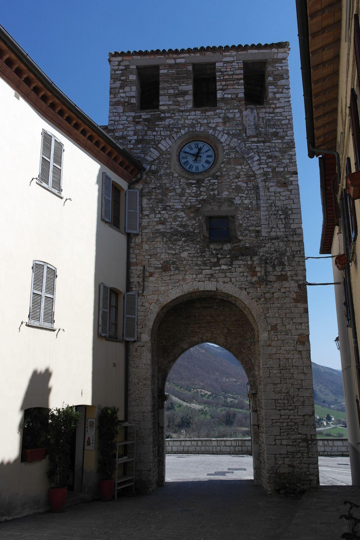 la Torre Civica con la porta di ingresso al paese, eretta circa durante la metà del XIII secolo e perfettamente conservata.