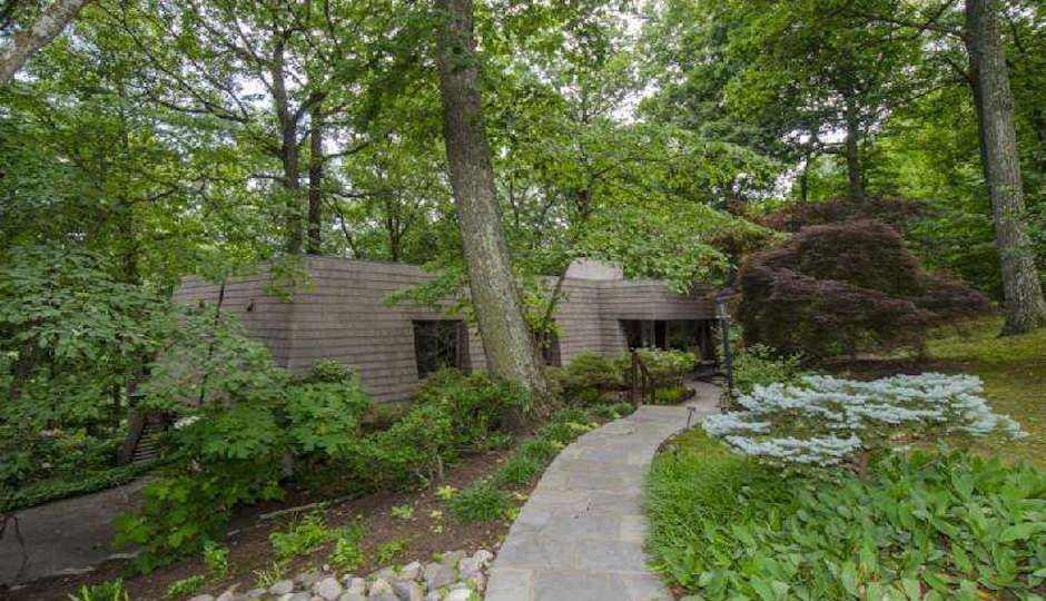 Contemporary Treehouse Vibe in Wayne: Connect with your inner treehugger.