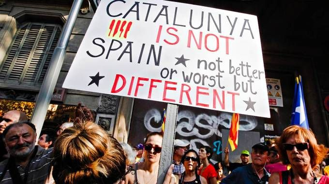 """Oppslutningen om den katalanske nasjonaldagen 11. september var i år ekstra stor i Barcelona. Disse aktivistene benyttet feiringen til å si at """"Catalonia er ikke Spania - ikke bedre eller verre, men annerledes""""."""