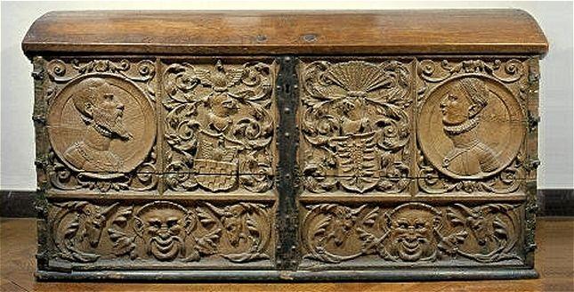 Brudekiste udført til Vibeke Podebusk's bryllup i 1549. På kisten ses hendes forældre, Klaus Podebusks og Anne Krognos' våbenskjolde.
