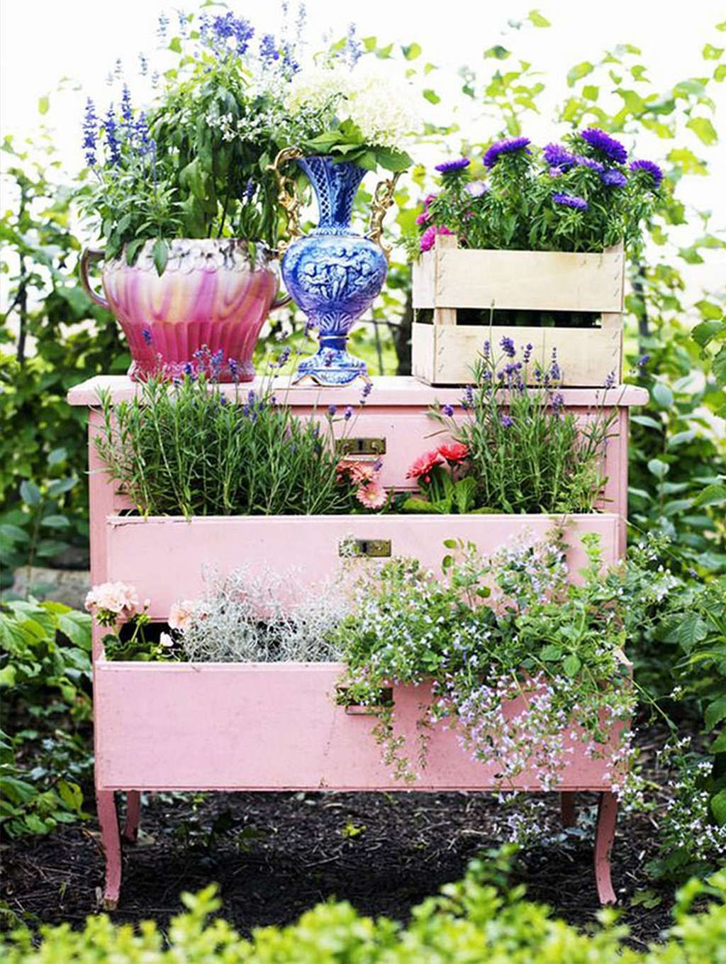 Top 15 Beautiful Ways To Recycle Your Old Furniture Into A Fairytale Garden | e7 News