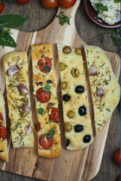 Rezept Focaccia Brot in drei köstlichen Varianten / Tomaten und Pinienkerne, Oliven, Knoblauch und Rosmarin / einfaches und schnelles Grundrezept