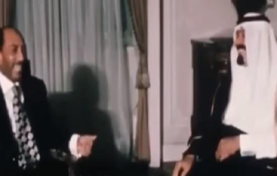 فيديو نادر لاستقبال الرئيس السادات ونائبه مبارك للملك عبدالله بمصر وممازحتهما إياه