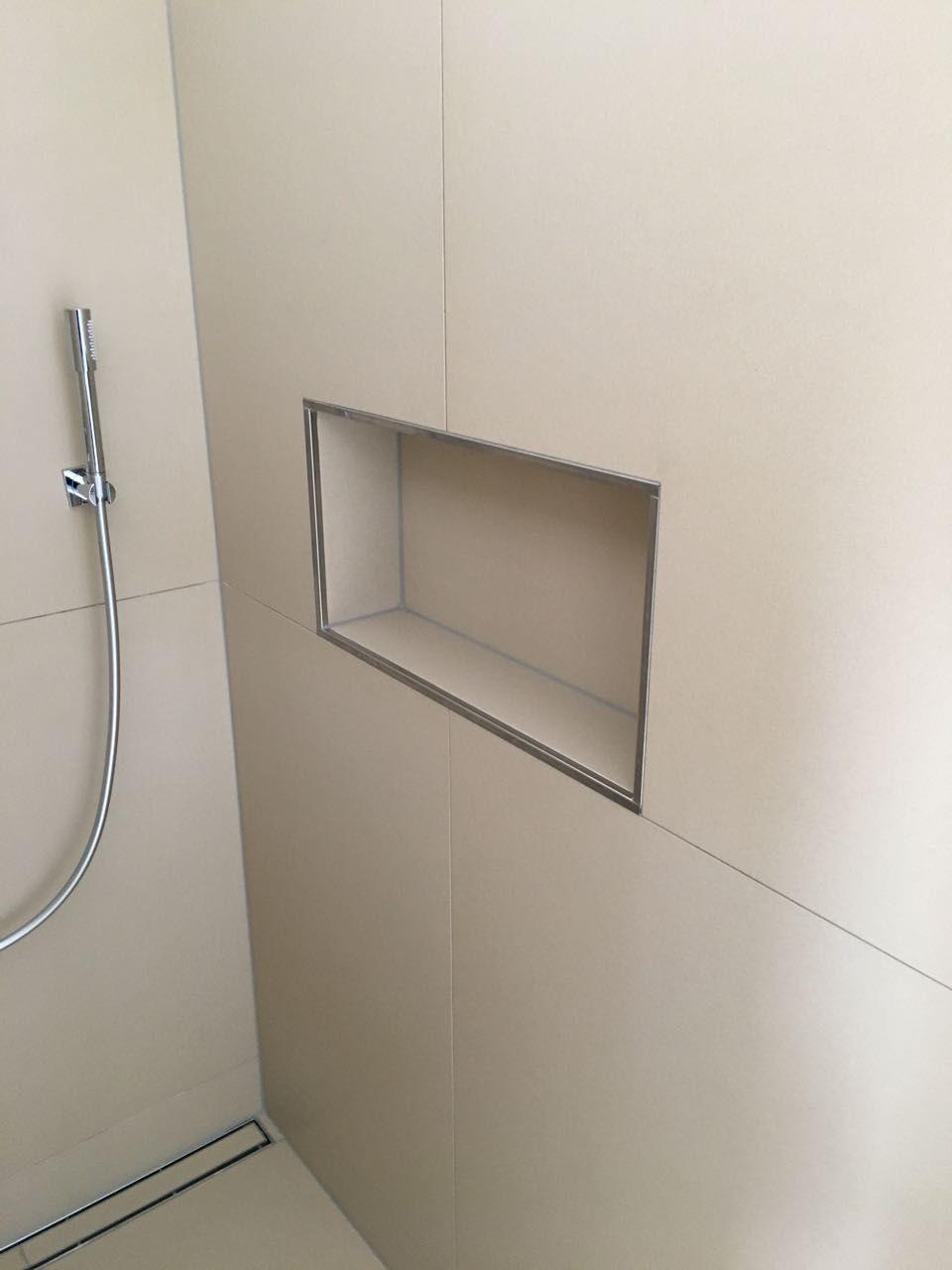 Ablage in der Dusche. Tolle Lösung, wie ich finde. Kleben