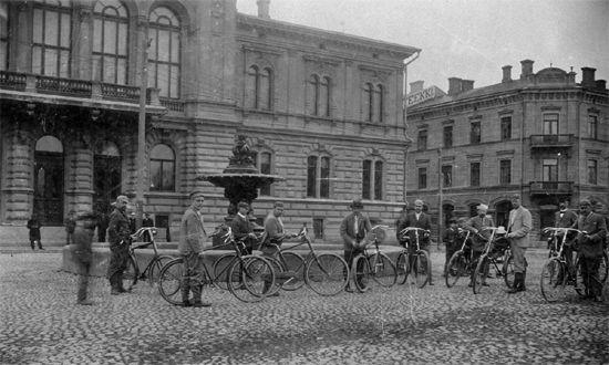 Tampereen ensimmäinen polkupyöräklubi poseeraamassa raatihuoneen edessä 1890-luvulla, Vapriikin kuva-arkisto
