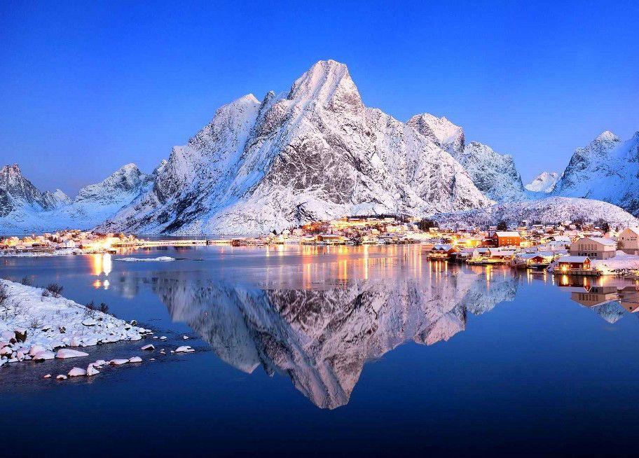 Ce petit village de 300 habitants a été élu plus beau village de la Norvège. Il se nomme Reine. Il se trouve au sud-ouest de la localité de Moskenes dans les îles Lofoten.