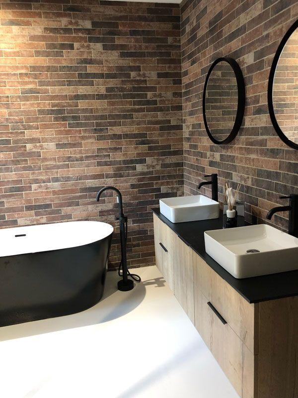 Un mur de briques dans une salle de bains design