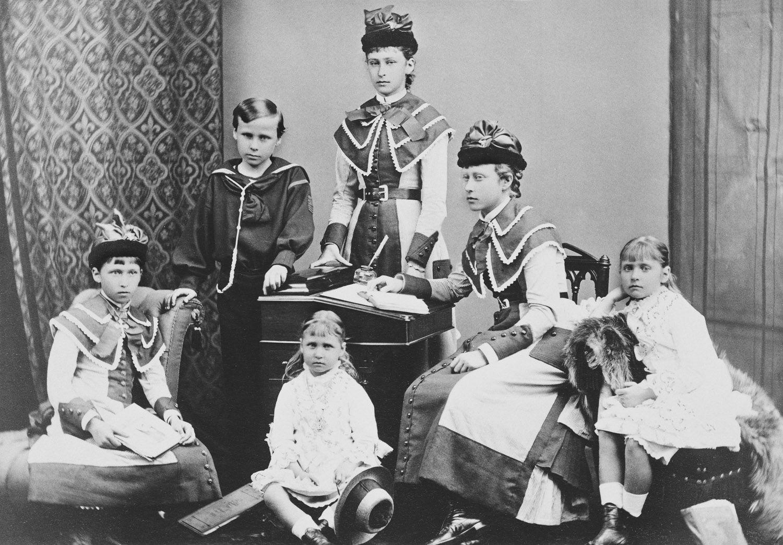 Da esquerda para a direita: Princesa Irene de Hesse, sentada; Príncipe Ernesto Luis de Hesse vestindo terno de marinheiro, de pé; Princesa Marie de Hesse, sentada no chão; Princesa Elizabeth de Hesse, em pé atrás da escrivaninha; Princesa Victoria de Hesse, sentada à escrivaninha; Princesa Alix de Hesse, sentada. Julho de 1878.