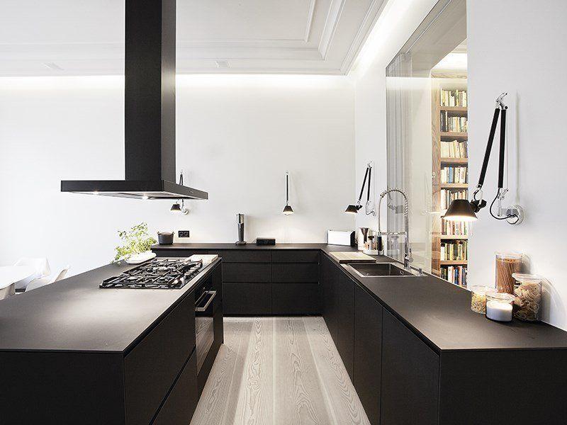 Prachtig houten vloer zwarte kasten witte muur kitchen