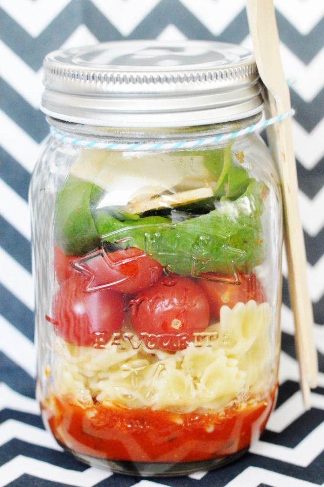 Salade in a jar - 200 g pâtes cuites, sauce tomate, basilic, 1 poignée de tomates cerises, copeaux de parmesan, 1 jar. Au fond du bocal, commencez par verser un peu de sauce tomate. Ensuite, ajoutez dans l'ordre: une couche de pâte, de tomates cerises, de basilic et de parmesan. Fermez le bocal et conservez au frais. Vous pouvez préparer vos « Salads in a jar » à l'avance et les conservez au frigo!