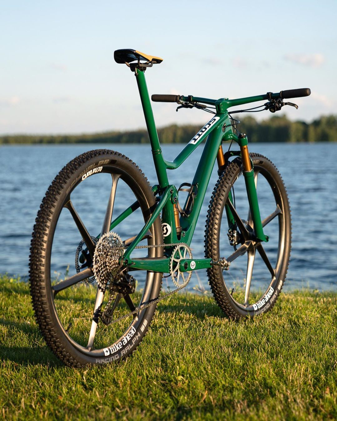 A Imagem Pode Conter Bicicleta Atividades Ao Ar Livre E Natureza Bicycle Mountain Bike British Racing Green Cool Bicycles