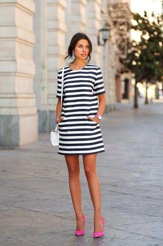 a1a6d294b1 Ponte un vestido blanco y negro para un conjunto de oficina con estilo.  Zapatos de tacón de ante rosa son una opción grandiosa para complementar tu  atuendo.