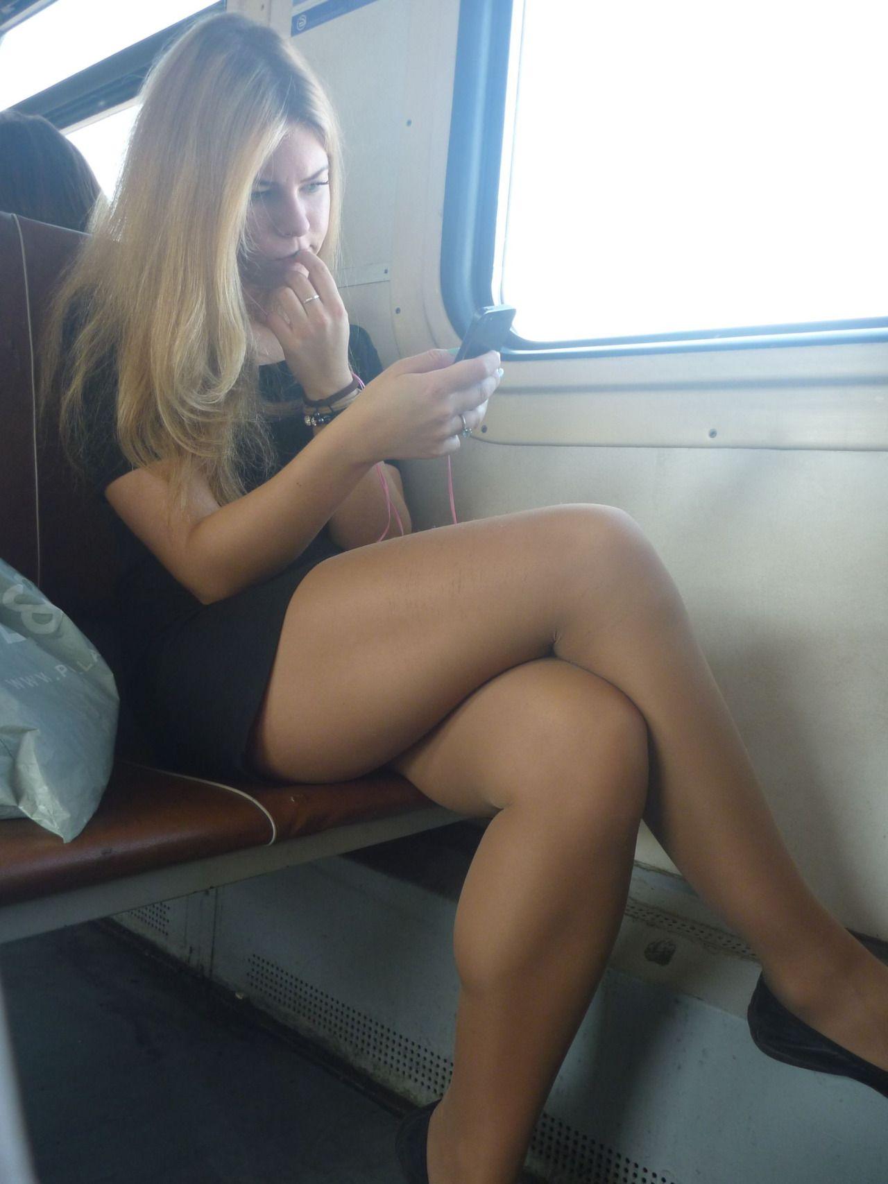 фото девушек в юбке без трусов