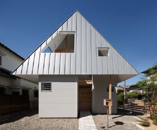 House AA by Moca Architects http://www.differentdesign.it/house-aa-moca-architects/ In #Giappone, una #casa dall'architettura singolare, con un ampio #tetto che copre il 60% della superficie...