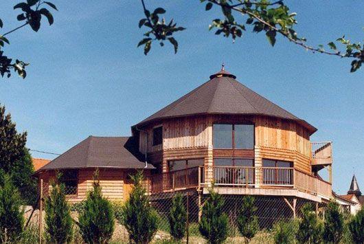 Maisons rondes en bois tiquettes domespace maison bois for Maison bois 80m2