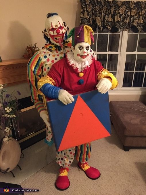 scary clown carrying a jack in the box halloween costume contest at costume. Black Bedroom Furniture Sets. Home Design Ideas