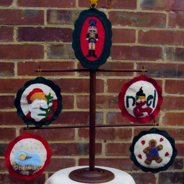 DCN-010 -arbol de navidad con adornos en paño lency y punto de cruz