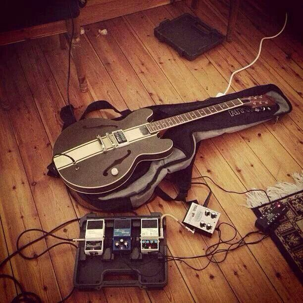tom delonge guitar stuff tom delonge custom guitars guitar. Black Bedroom Furniture Sets. Home Design Ideas