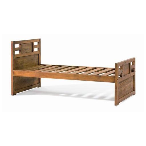 Cama fabricada a mano en madera de pino maciza. Tiene un acabado ...
