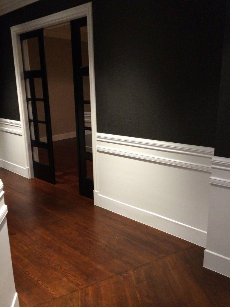 Friso de madera lacado un blanco y papel pintado en las - Decoracion de paredes de pasillos ...