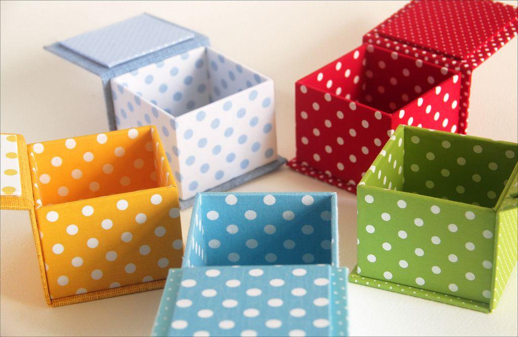 Coleção bolinhas. Medida: 8 x 8 x 6 cm Caixas de papelão forradas em tecido 100% algodão.