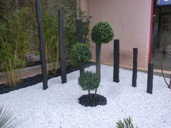 parterre avec cailloux massif contemporain taupi re piquets d 39 ardoise galets noirs et. Black Bedroom Furniture Sets. Home Design Ideas