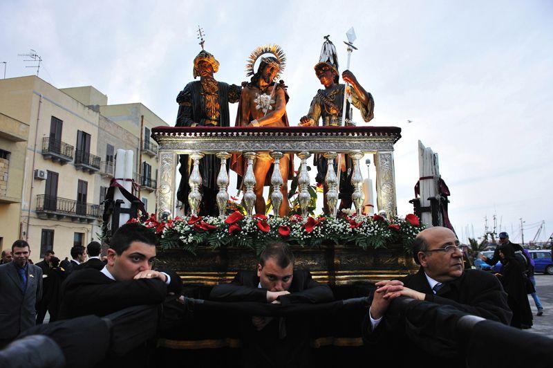 Devotees (Terzo premio)  La processione dei misteri, a Trapani.