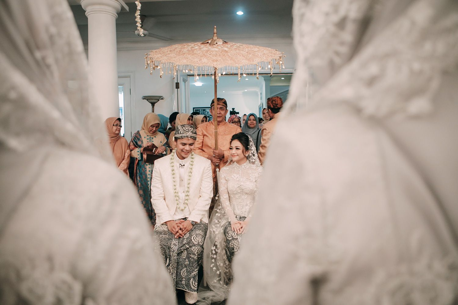 An Enchanted Traditional Wedding In Jakarta Clockwise Pictures Jakarta Bali Photography Film Video In 2020 Indonesian Wedding Traditional Wedding Wedding