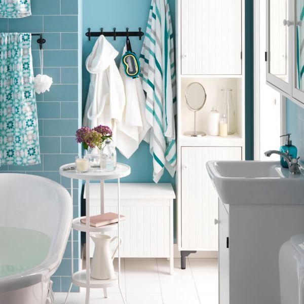 Ba o ikea en azul y blanco con la ba era llena de agua - Banos en azul y blanco ...