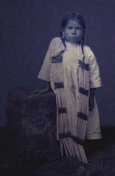 Une petite fille en habit de cérémonie