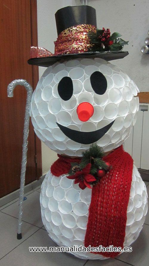 Muñeco de nieve con vasos de plástico deshechados. Espectacular.