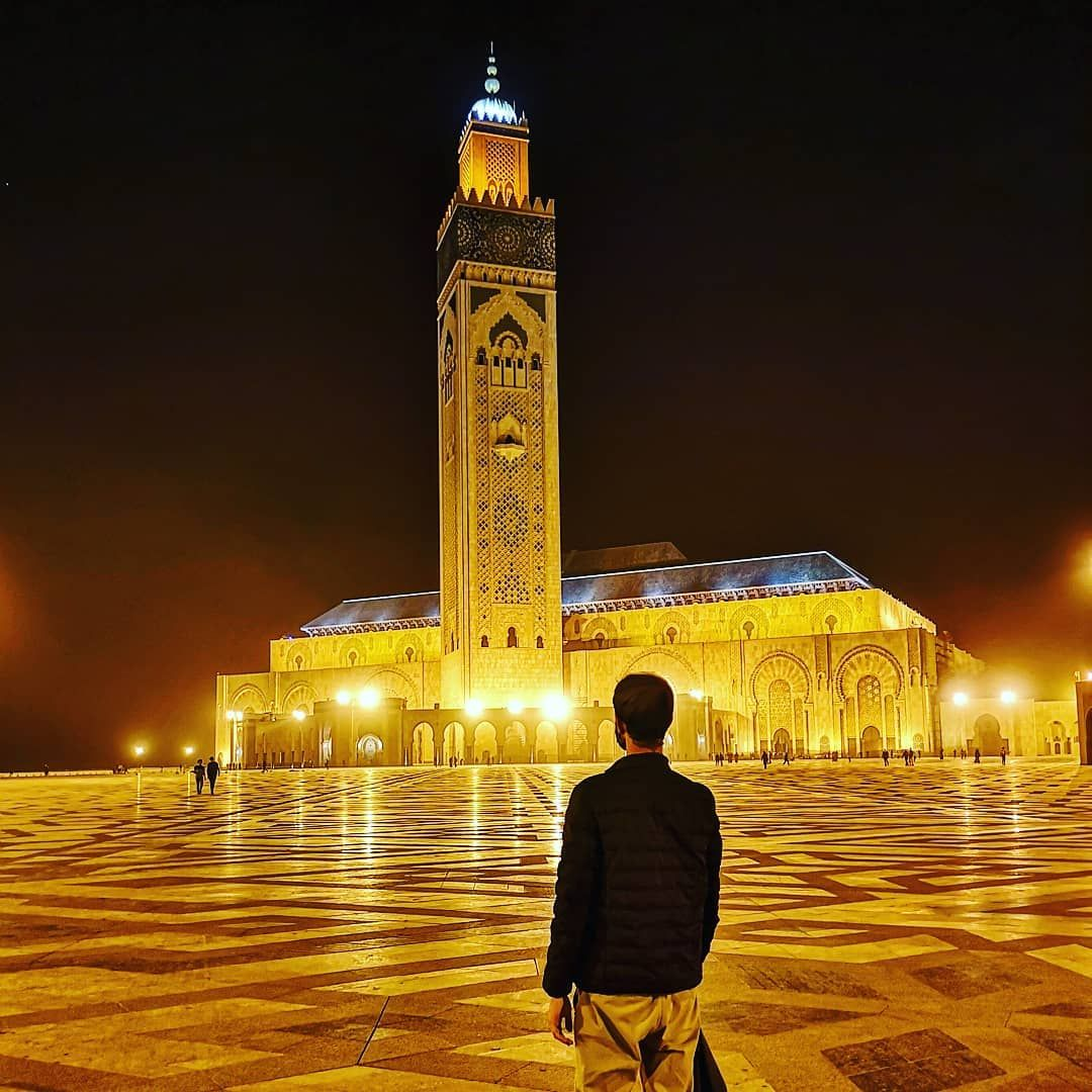 😲 Le plus haut minaret du monde et une beauté intérieure à en couper le souffle 🌍 Tellement de merveilles à découvrir autour du monde, de toutes les cultures, de toutes les religions. 🤞Prenez soin de vous, de vos proches, de ceux qui vous tendent la main et surtout de ceux qui n'ont plus la force ou ne peuvent le faire.  #casablanca #maroc #mosque #voyage #love #photographie #history #travelGram #moslem #muslim #travelphotography #reve #art #prayer #travelblogger #frenchboy