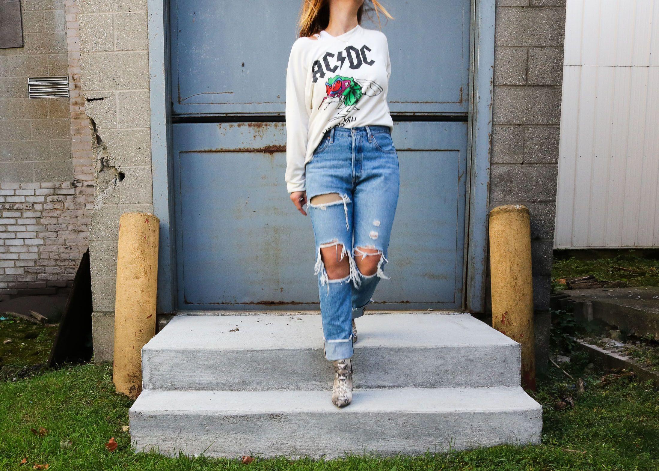 Killer Uniform: Jeans + Graphic Sweatshirt + Snake Boots #snakeprintbootsoutfit
