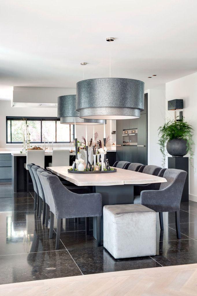Esszimmer mit Holztisch, Polsterstühle und großen Hängelampen - hängelampen für wohnzimmer