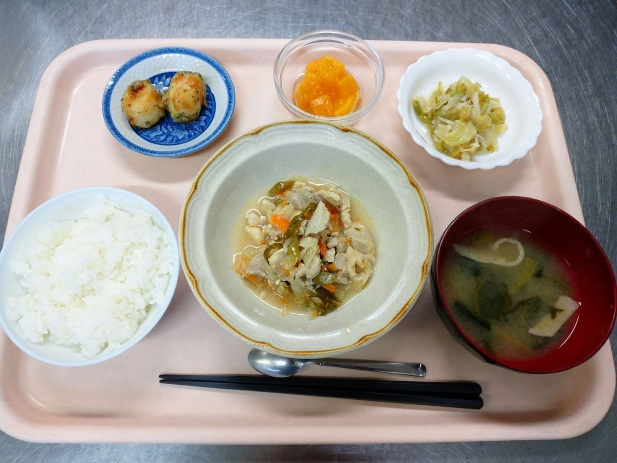 ごはん、味噌汁、鶏肉の炒め南蛮、海老団子のゆかり揚げ、キャベツとえのきの胡麻和え、黄桃でした!