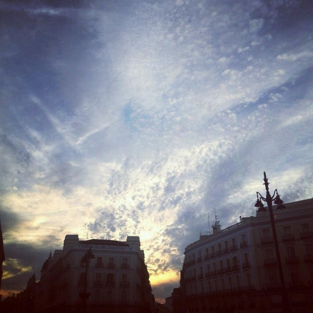Esos cielos de #Madrid una foto de @eztizen_arrieta hoy en Sol :) pic.twitter.com/SviR0ujEM4 que estaba #CallejandoMadrid