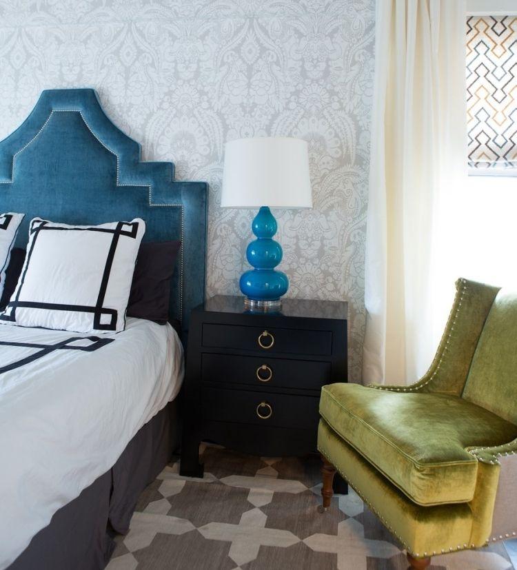 schickes Schlafzimmer mit gepolsterten Möbeln mit Samt Wohnideen