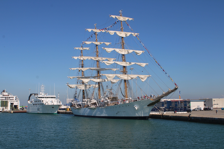 buque escuela de la armada argentina recibiendo a los visitantes en el puerto de Cádiz