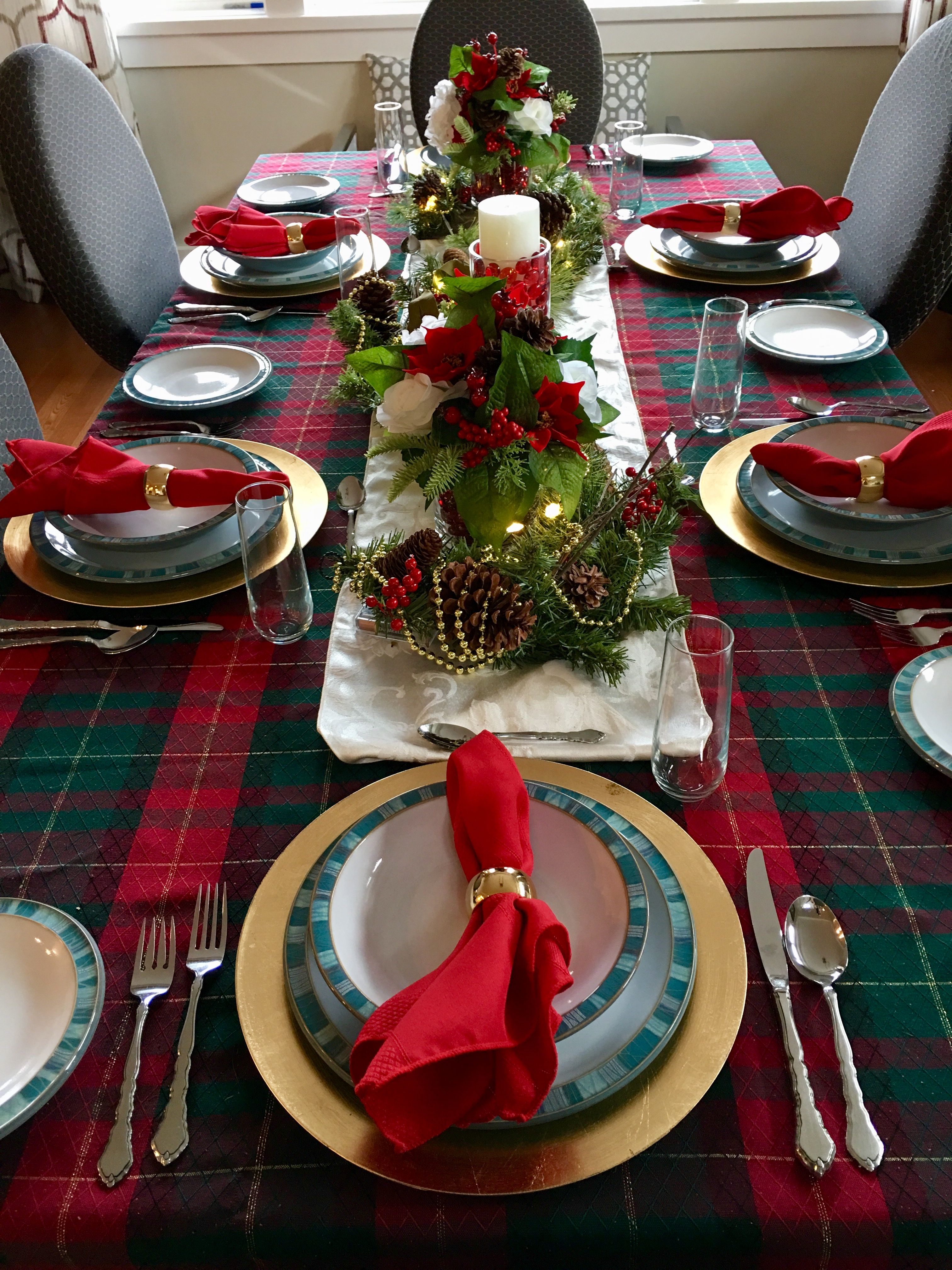 Christmas Table Setting Red Green Plaid With Gold Thread Everyday Dishes With Gold Tr Christmas Table Settings Table Settings Everyday Green Table Settings