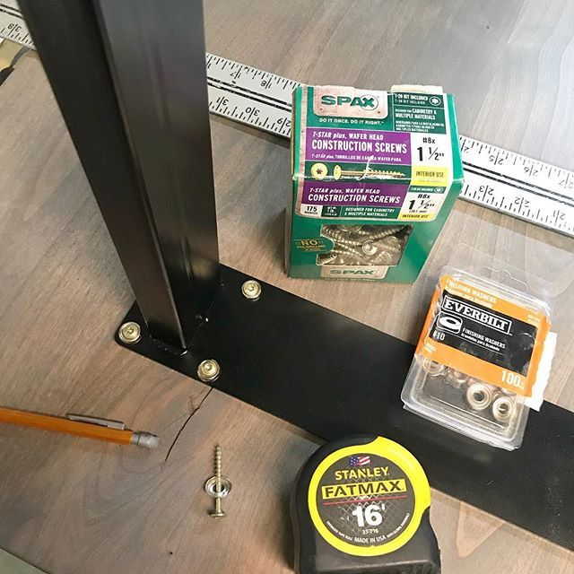 Attaching legs to table top using an oversized hole, Spax screws and
