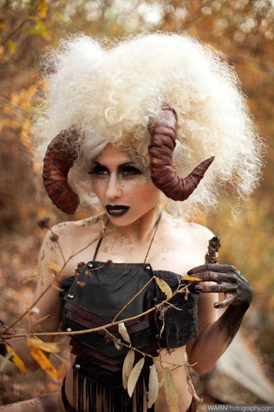 halloween kost me frau widder h rner lockiges haar. Black Bedroom Furniture Sets. Home Design Ideas
