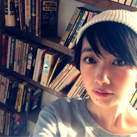 白いニット帽が可愛い波瑠さん