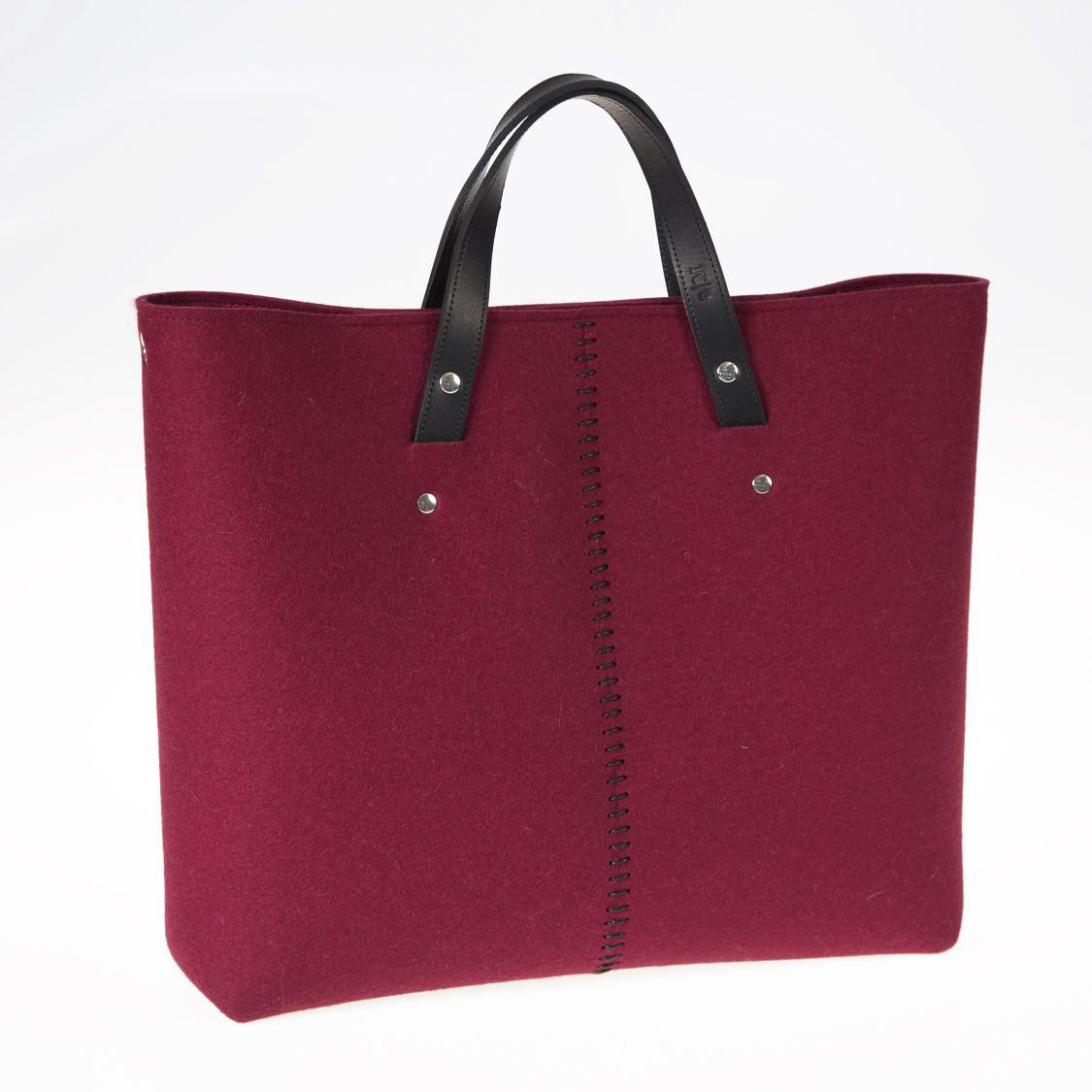 Bag a mano in feltro color bordeaux by @anonimamente. Una borsa originale per la vostra vita quotidiana, spaziosa e glamour.  100% feltro di lana.  Price: 85€