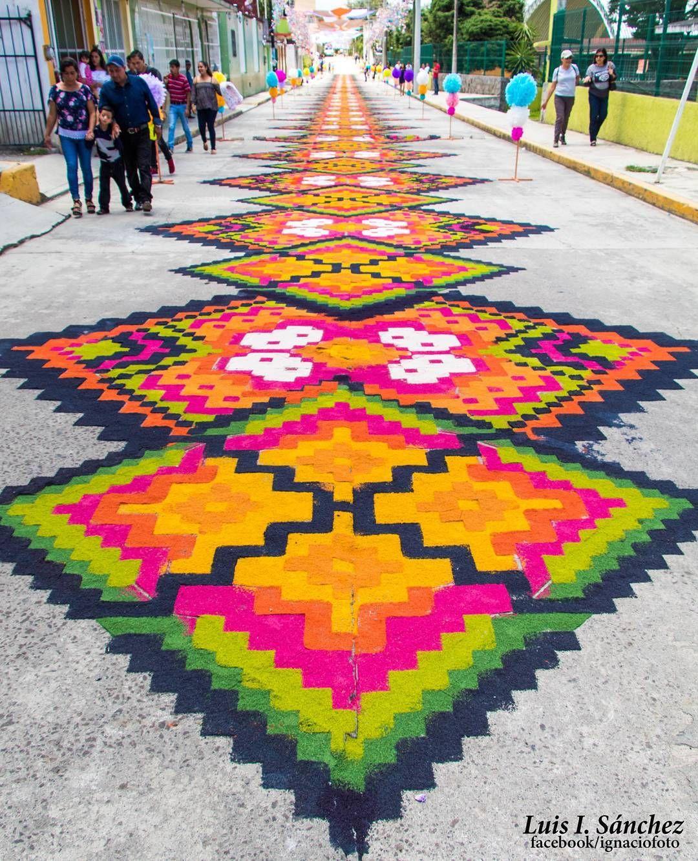 Alfombra pixeleada hecha de aserr n y arena con motivo Alfombras persas en mexico