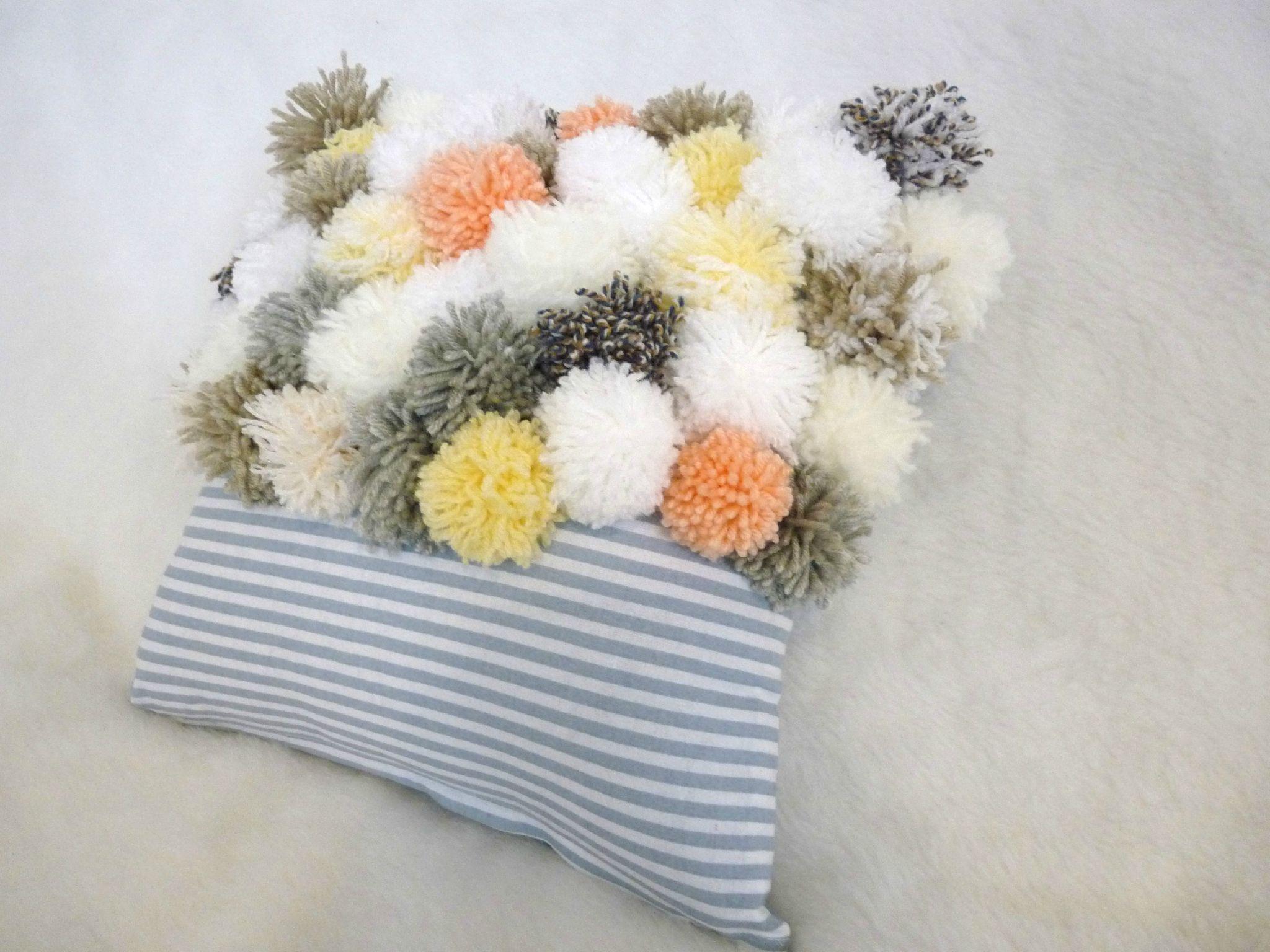 pom pom pillow un nuage une plume canap diy plaid et pompons. Black Bedroom Furniture Sets. Home Design Ideas